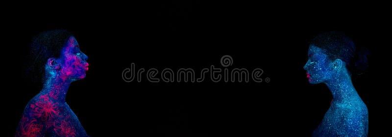 Imagem de uma medusa cor-de-rosa no ombro e na cara Dois perfis de uma menina estrangeira azul, entre eles um espaço ilustração royalty free