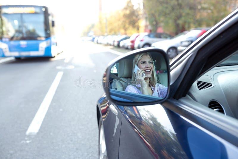 Imagem de uma mulher chocada no espelho da vista lateral fotografia de stock