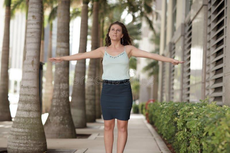 Imagem de uma mulher com os braços outstretched fotografia de stock royalty free