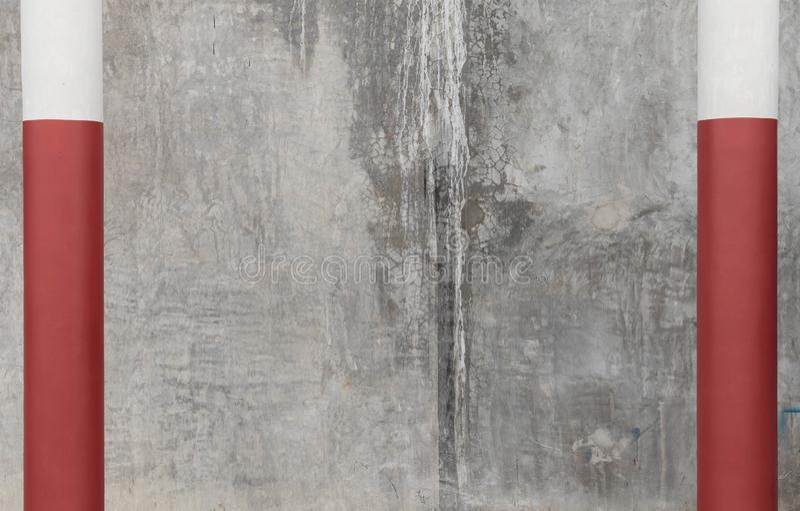 Imagem de uma parede de cimento em forma de monotone, limpa e clara, com varas vermelhas fotografia de stock royalty free