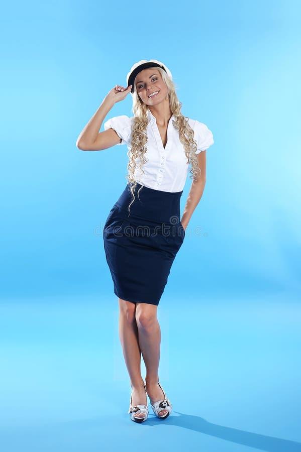 Imagem de uma saudação loura em um traje do marinheiro fotografia de stock