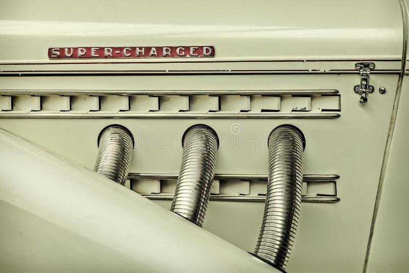 Imagem denominada retro da vista lateral de um carro clássico imagem de stock royalty free