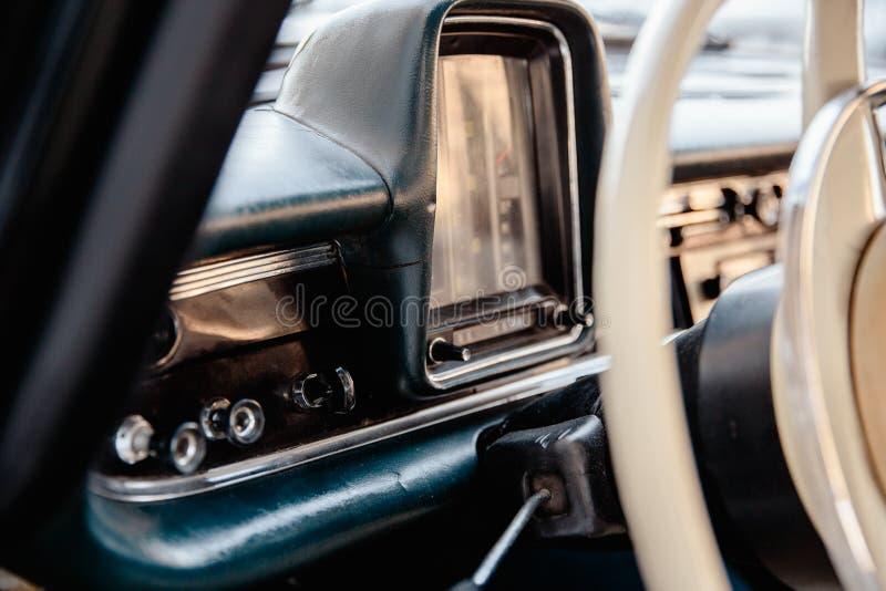 Imagem denominada retro de um autorrádio e de um painel velhos dentro de um carro clássico fotos de stock royalty free