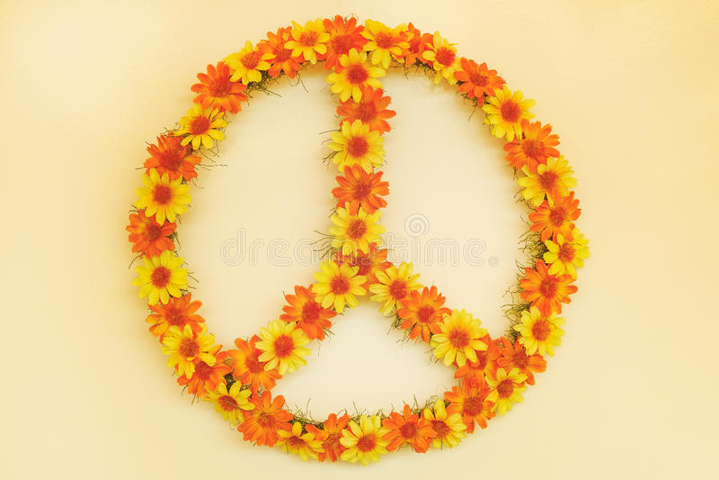 Imagem denominada retro de um sinal de paz de flower power dos anos setenta fotografia de stock