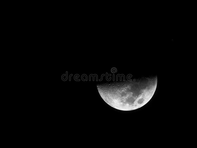 Imagem desobstruída preto e branco da meia lua HDR fotografia de stock