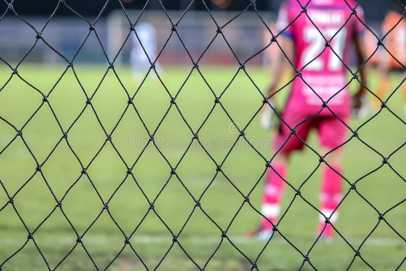 Imagem disparada obscura da parte traseira do depositário do objetivo no futebol ou no futebol no estádio fotografia de stock royalty free