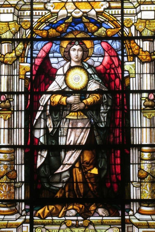 Imagem do ícone no vitral na igreja cristã foto de stock