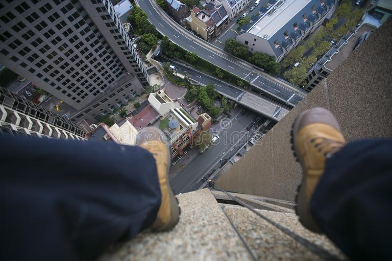 Imagem do ajuste masculino do pé na borda do terreno de construção que veste as cuecas azuis, bota de aço da segurança do funcion fotos de stock royalty free