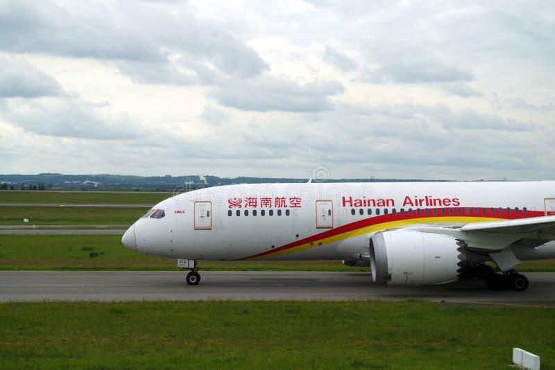 Imagem do avião de Hainan na pista de decolagem de Paris Charles de Gaulle pronta para decolar fotos de stock