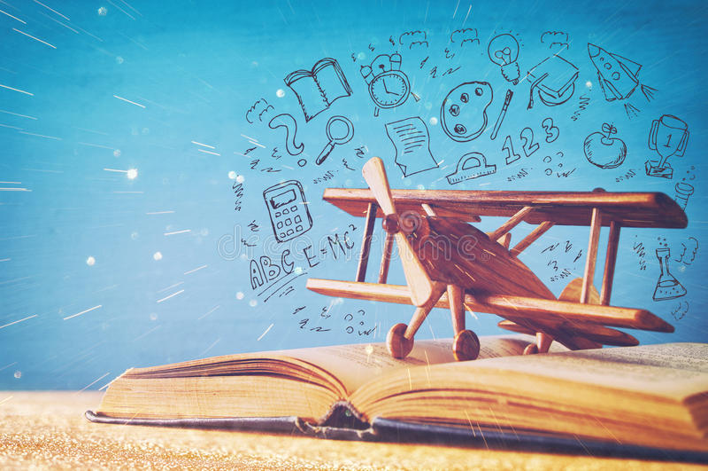 imagem do avião e do livro do brinquedo sobre a tabela de madeira com grupo de volta a infographics da escola imagem de stock royalty free