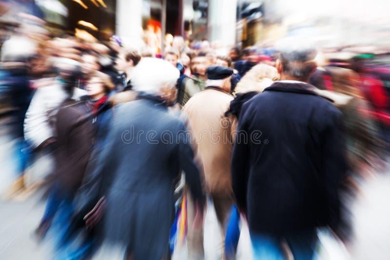 Imagem do borrão de movimento de povos de passeio foto de stock royalty free
