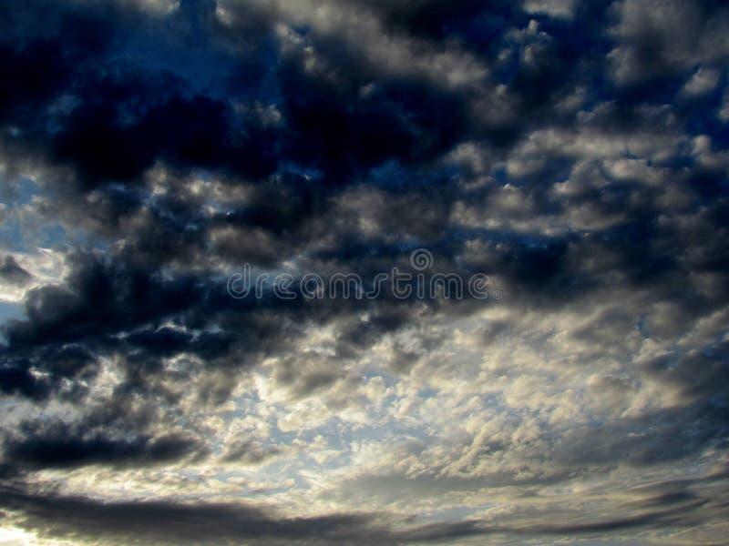 A imagem do céu de nivelamento com fantàstica contraste do cirro colorido e de nuvens azuis fumarentos imagens de stock royalty free