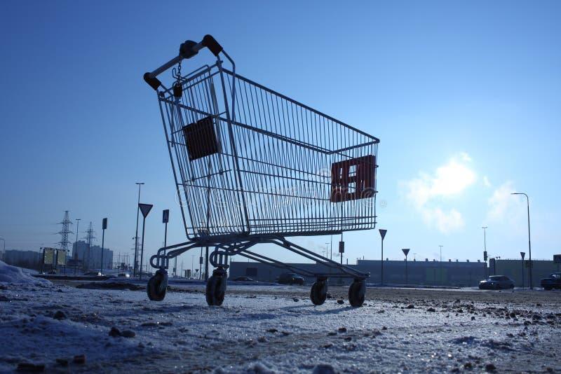 Imagem do carrinho de compras vazio no estacionamento vazio perto da loja enorme imagens de stock