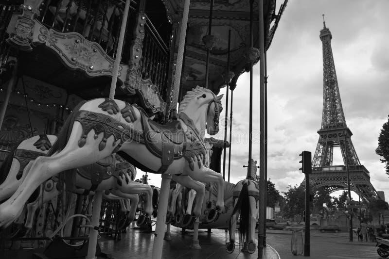 Imagem do carrossel do vintage perto da torre Eiffel em Paris, França fotografia de stock royalty free