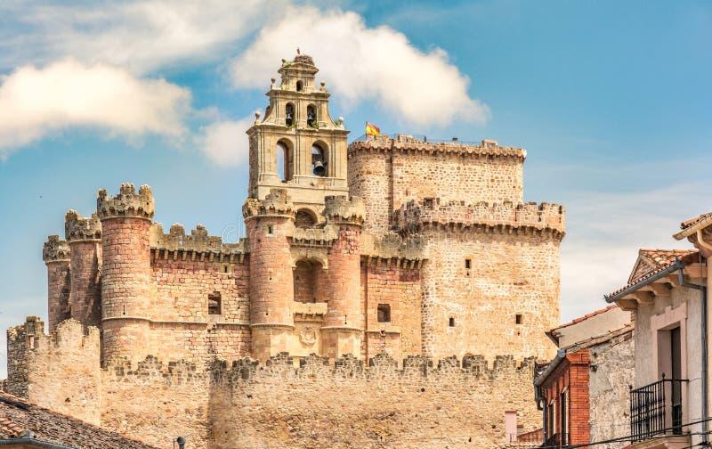 A imagem do castelo de Turégano, empoleirado na parte superior de um monte que domine a cidade e seu quadrado monumental, é um d imagem de stock