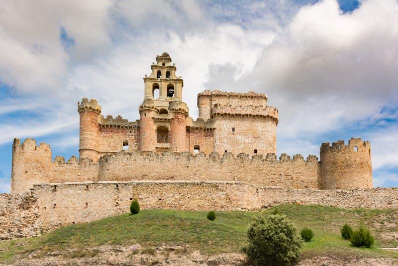A imagem do castelo de Turégano, empoleirado na parte superior de um monte que domine a cidade e seu quadrado monumental, é um d foto de stock