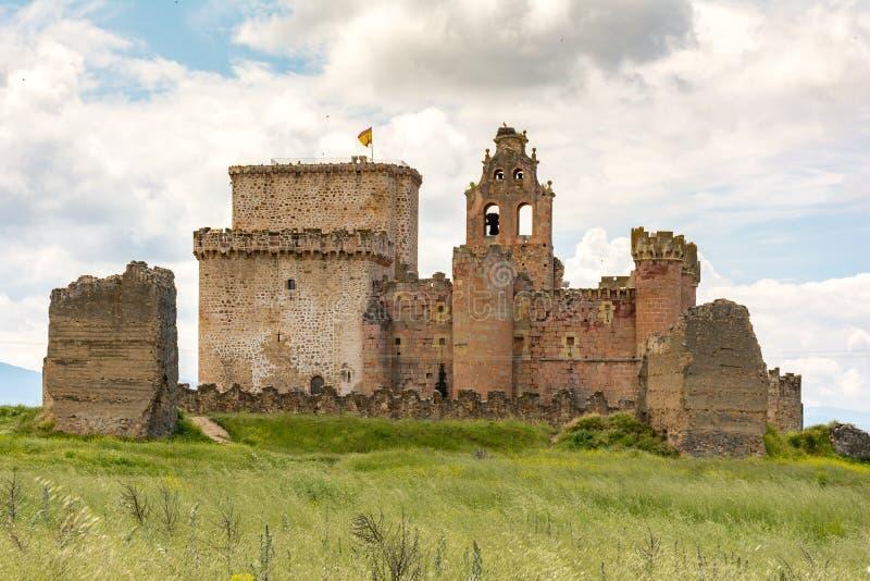 A imagem do castelo de Turégano, empoleirado na parte superior de um monte que domine a cidade e seu quadrado monumental, é um d fotografia de stock