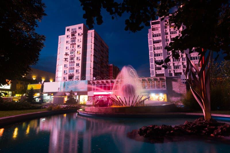 Imagem do centro noturno em Pitesti foto de stock