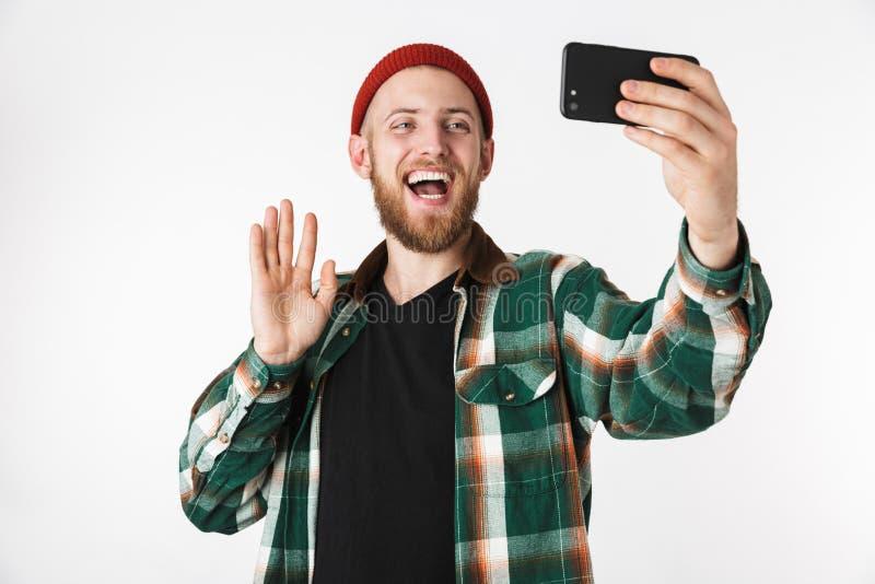 Imagem do chapéu do indivíduo caucasiano e da camisa de manta vestindo que tomam a foto do selfie no telefone celular, ao estar i fotografia de stock royalty free