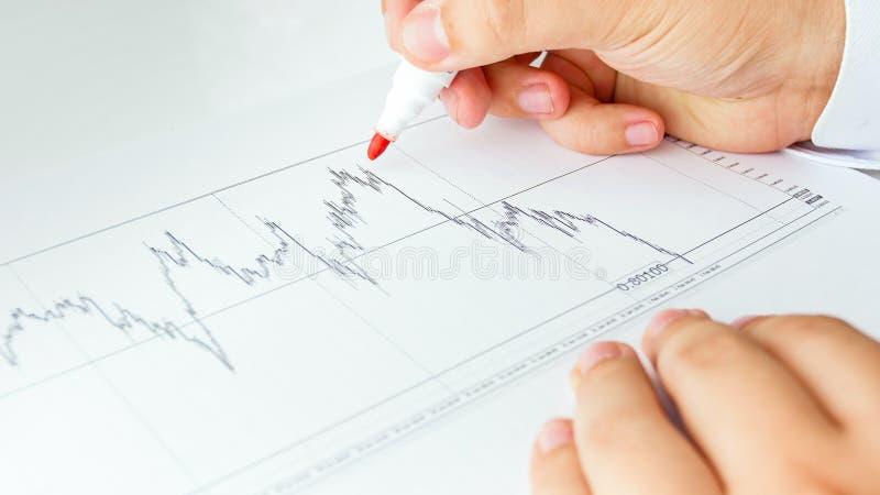 Imagem do close up do analista financeiro do negócio com carta conservada em estoque das vendas foto de stock