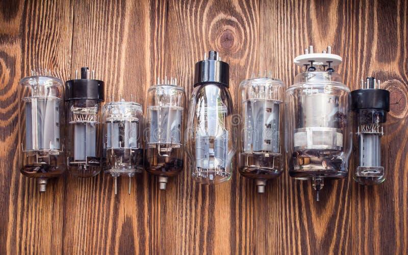Imagem do close up com tipes diferentes de lâmpadas de rádio eletrônicas imagens de stock