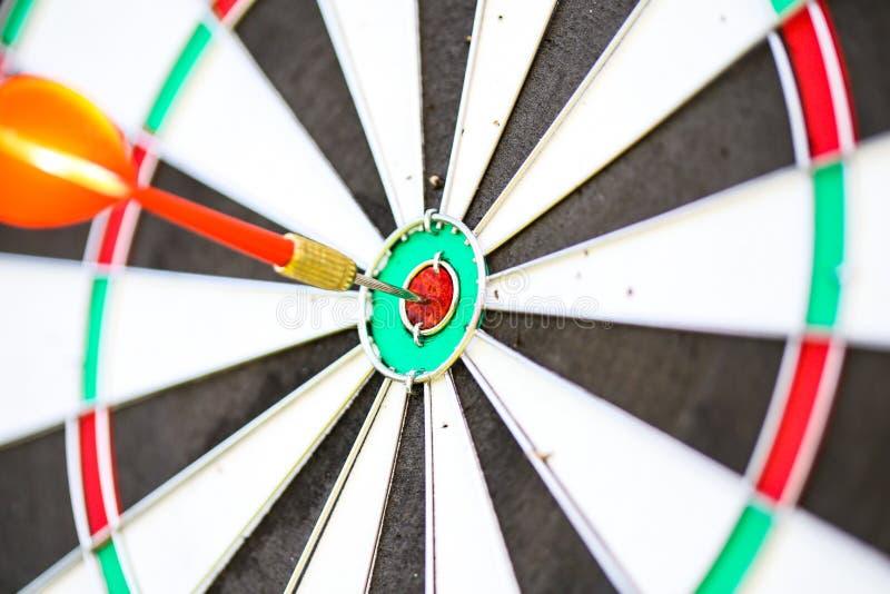 Imagem do close-up com um dardo no bullseye de um alvo da prática fotos de stock royalty free