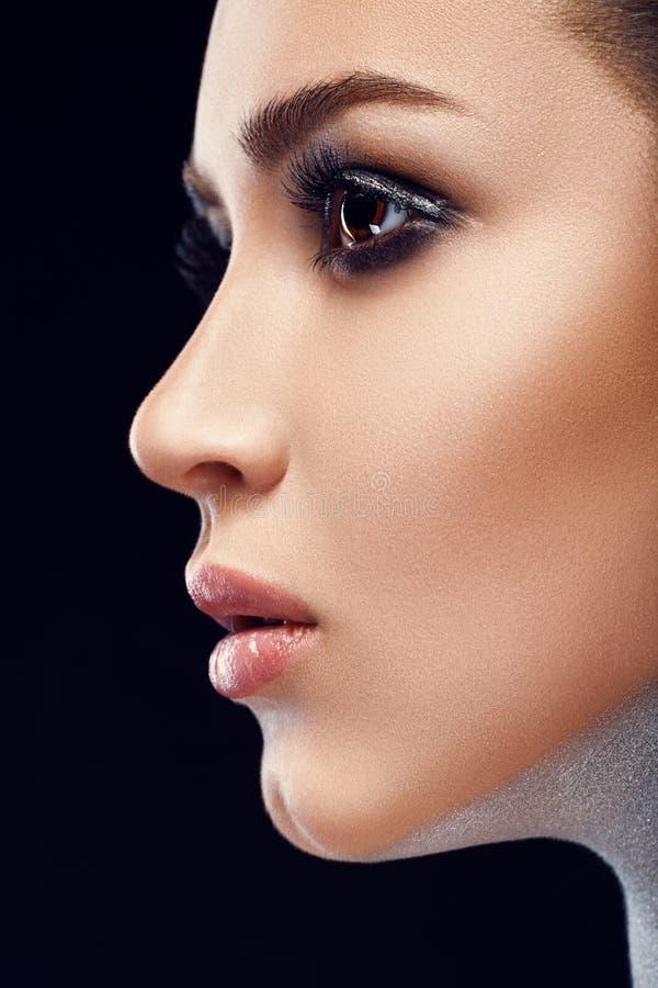 Imagem do close-up da grande composição da arte da beleza beleza Cara bonita da mulher com batom macio da cor Bordos completos 's imagem de stock royalty free