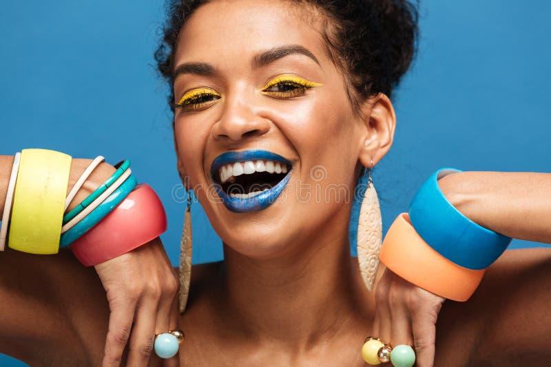 Imagem do close up da mulher feliz do mulato com o laughi colorido da composição imagens de stock