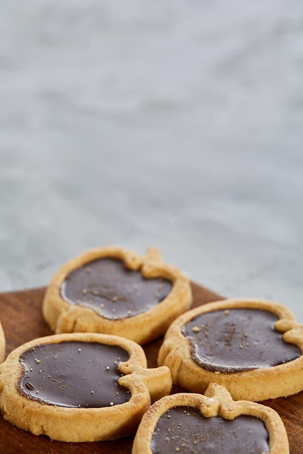 Imagem do close-up da vista superior de cookies pomiformes saborosos na placa de corte, profundidade de campo rasa, foco seletivo imagens de stock royalty free