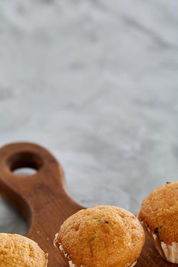 Imagem do close-up da vista superior de queques saborosos na placa de corte, profundidade de campo rasa, foco seletivo fotos de stock
