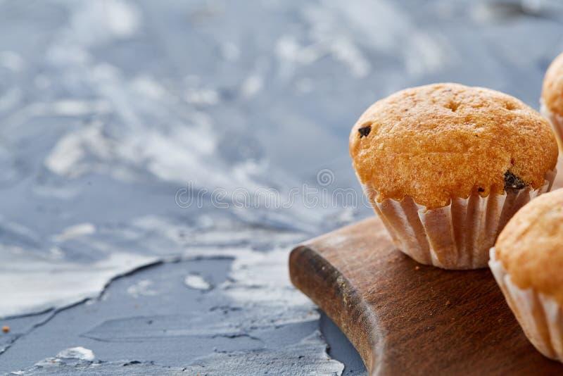 Imagem do close-up da vista superior de queques saborosos na placa de corte, profundidade de campo rasa, foco seletivo fotos de stock royalty free