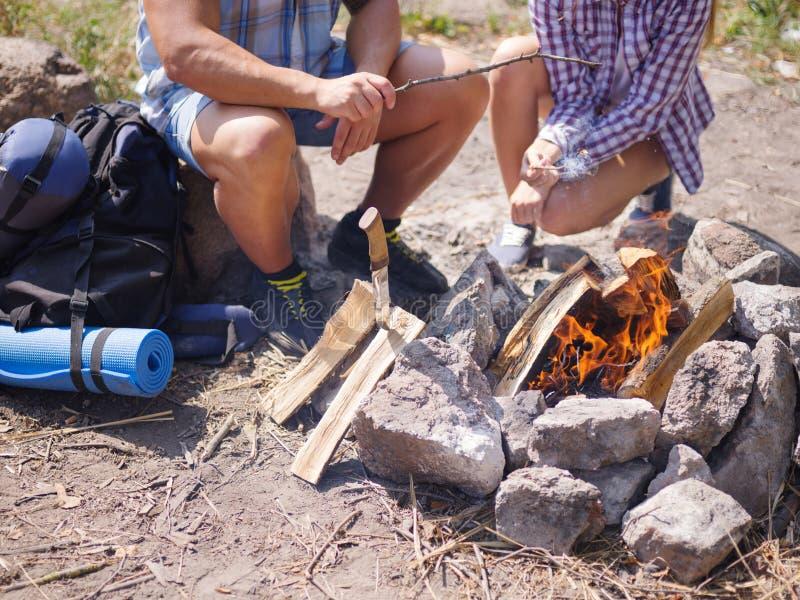 A imagem do close-up das mãos dos amigos começa o fogo com aço do fogo do magnésio, grevista do fogo fotos de stock
