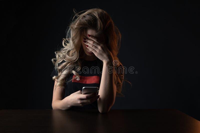 Imagem do close up de menina frustrante, jovem mulher que é uma vítima de tiranizar em linha imagens de stock