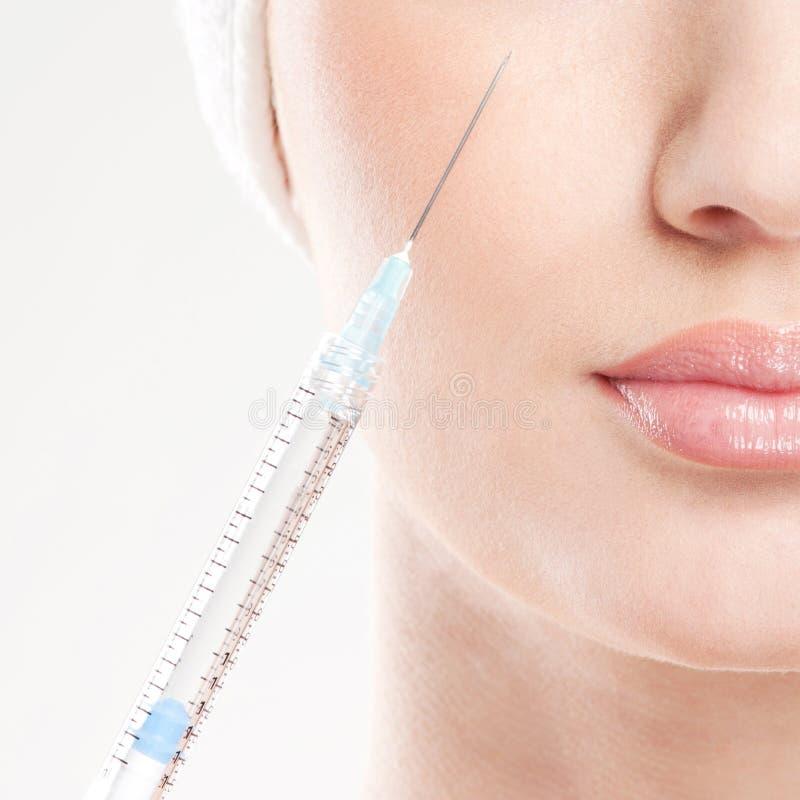 Imagem do Close-up de uma mulher que prende uma seringa fotos de stock