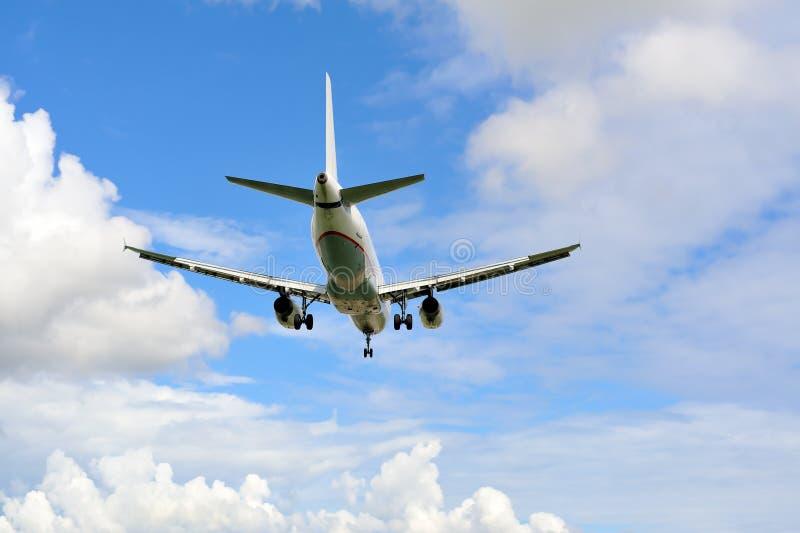 Aterragem de avião do passageiro à pista de decolagem fotografia de stock royalty free