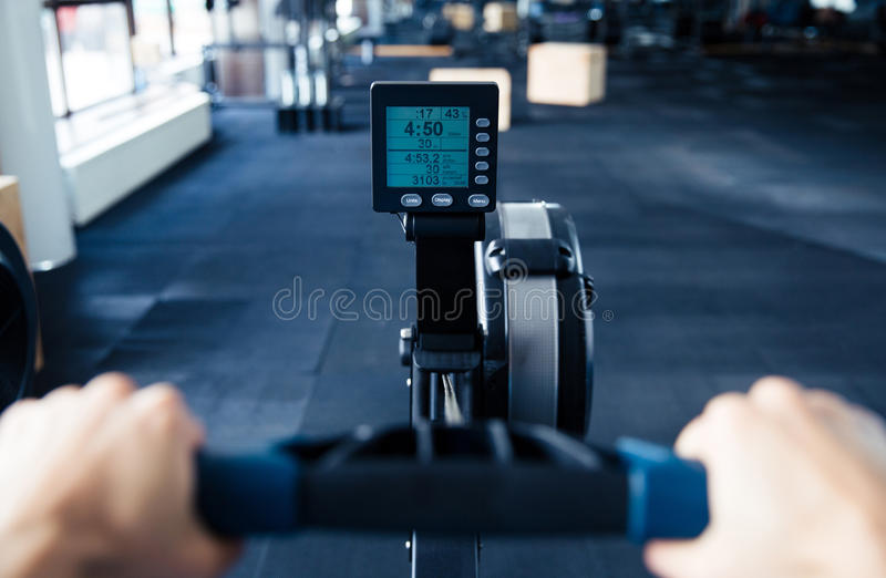 Imagem do close up do simulador no gym foto de stock