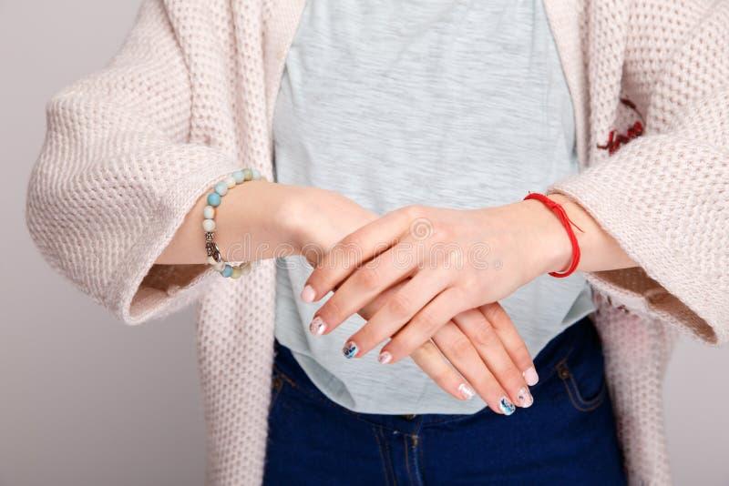 Imagem do close up dos braços Pulso dorido fotos de stock royalty free