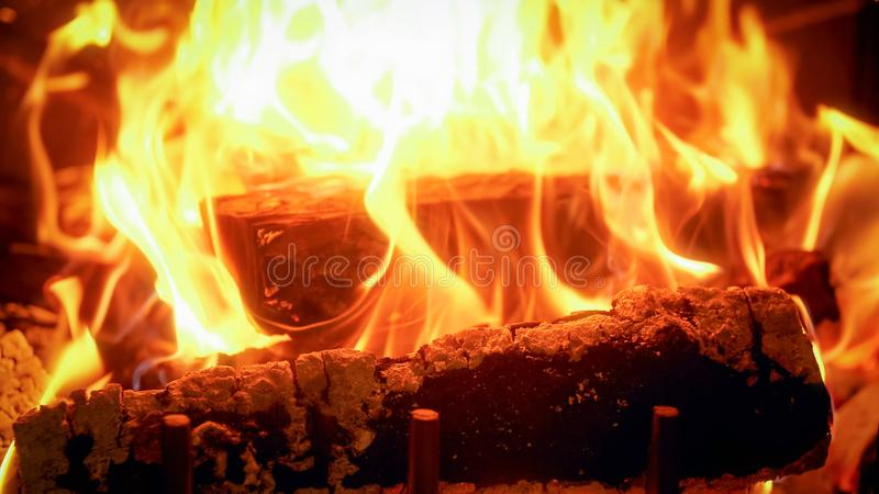 A imagem do close up do fogo arde de queimar logs de madeira foto de stock royalty free