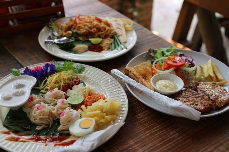 Imagem do close-up do tailandês da almofada, do camarão fresco, do alimento tailandês, do bife da carne de porco e dos macarronet fotografia de stock