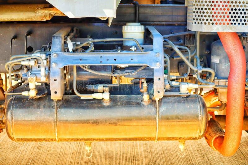 Imagem do close-up do tanque de gás de aço com o motor de automóveis do lubrificante do motor de automóveis, peças do carro foto de stock