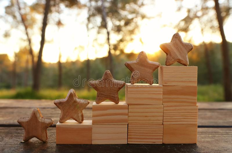 Imagem do conceito de ajustar um objetivo de cinco estrelas aumente a ideia da avaliação ou da classificação, da avaliação e da c fotos de stock