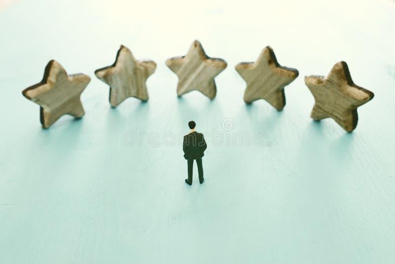 Imagem do conceito de ajustar um objetivo de cinco estrelas aumente a ideia da avaliação ou da classificação, da avaliação e da c fotografia de stock