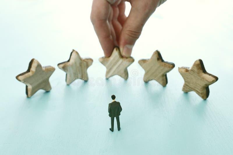 Imagem do conceito de ajustar um objetivo de cinco estrelas aumente a ideia da avaliação ou da classificação, da avaliação e da c fotos de stock royalty free