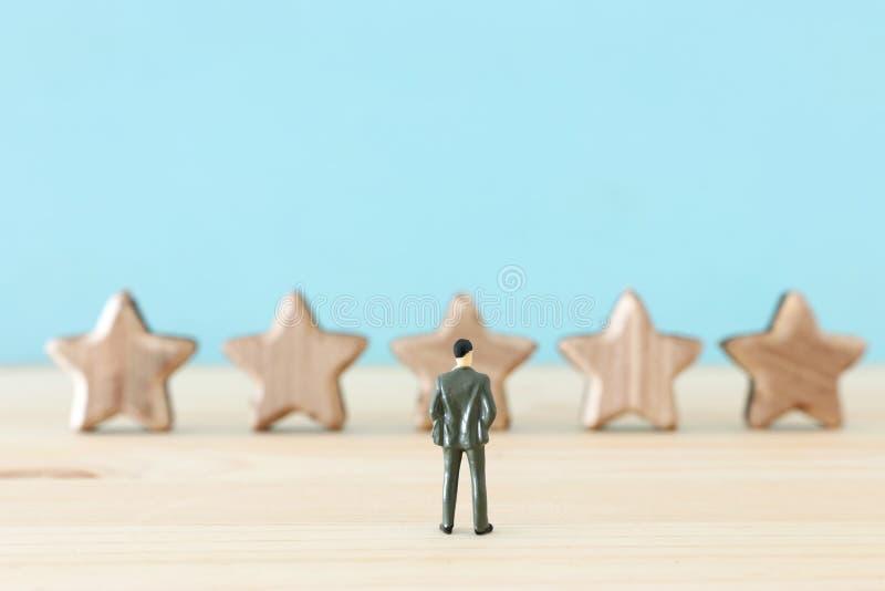 Imagem do conceito de ajustar um objetivo de cinco estrelas aumente a ideia da avaliação ou da classificação, da avaliação e da c fotografia de stock royalty free