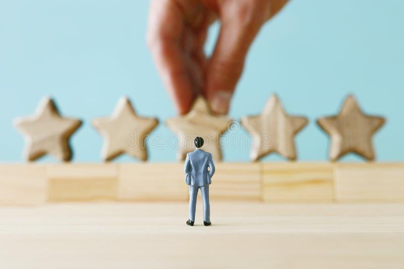 Imagem do conceito de ajustar um objetivo de cinco estrelas aumente a ideia da avaliação ou da classificação, da avaliação e da c foto de stock