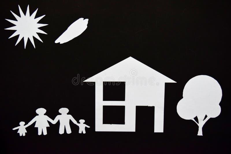 A imagem do conceito de faz seu uma casa Corte do papel da família com casa e árvore imagens de stock