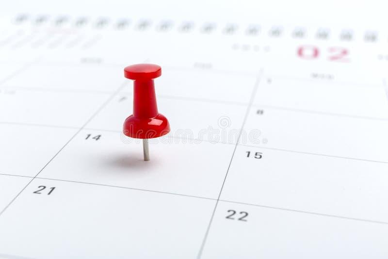 Imagem do conceito de um calendário com o pino vermelho do impulso Percevejo do tiro do close up unido A forma do coração das pal fotos de stock