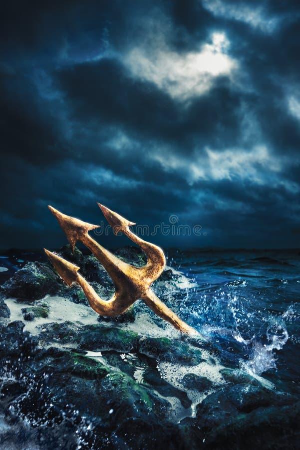 Imagem do contraste alto de Poseidon& x27; tridente de s no mar imagem de stock royalty free