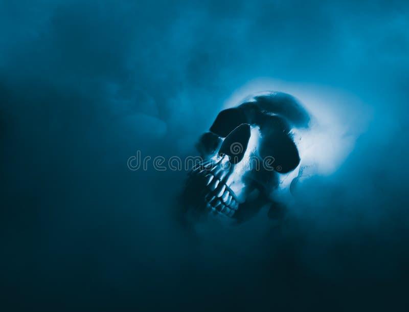 Imagem do contraste alto de um crânio em uma nuvem de fumo fotografia de stock