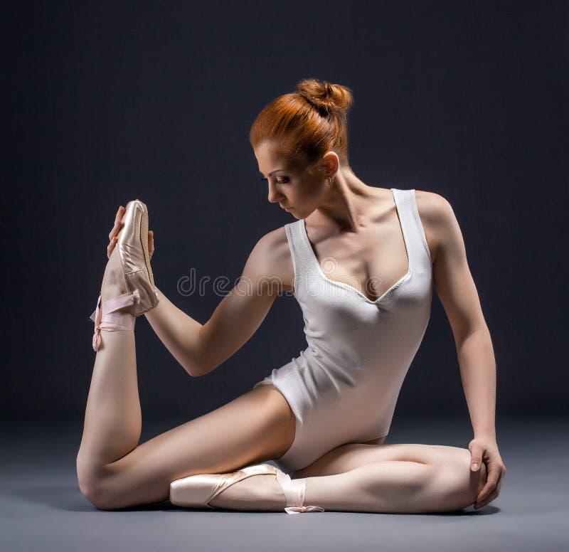 Imagem do dançarino de bailado gracioso que levanta no estúdio foto de stock royalty free